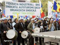 Sute de sindicaliști de la Dacia, Ford și alte ramuri industriale protestează în fața Guvernului:  PSD, nu uita, România nu-i a ta!