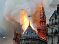 Incendiu devastator la catedrala Notre Dame din Paris. O parte din acoperiș s-a prăbușit, dar structura clădirii a fost salvată