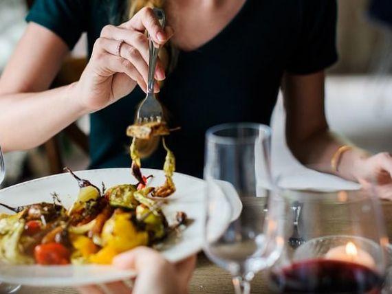 Propunere inedită pentru relansarea economiei: vouchere acordate populației, pentru a lua masa la restaurant