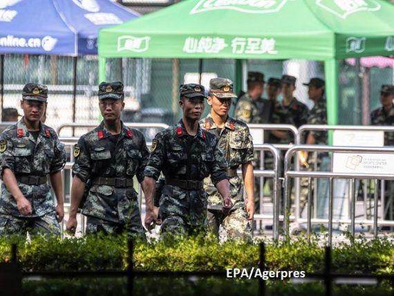 Încă un conflict armat, gata să izbucnească. China trimite trupe la frontiera Hong Kongului, Trump leagă criza de negocierile comerciale