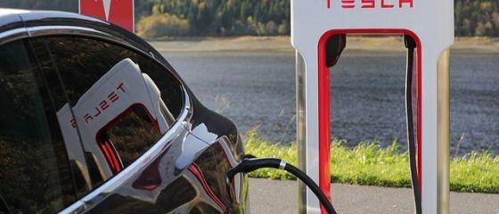 Tesla vrea să îşi producă propriile baterii pentru uzina din apropiere de Berlin