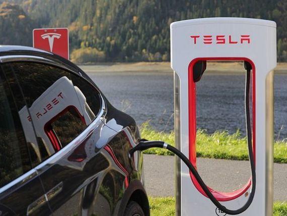 Tesla a vândut acţiuni în valoare de două miliarde de dolari. Valoarea companiei pe bursă a crescut de patru ori, din iunie 2019