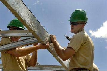 Majorarea salariului minim a scumpit mâna de lucru în România. Investitorii se mută în alte ţări și concediază sute de angajați