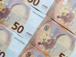 Leul se apreciază ușor în raport cu euro, dar pierde teren în fața dolarului