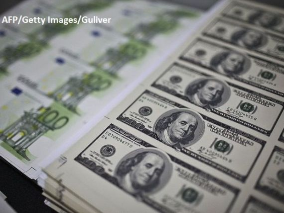Euro scade spre 4,77 lei, însă leul se depreciază în raport cu dolarul