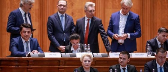Filmul moţiunii de cenzură: Guvernul Dăncilă a căzut la diferenţă de 5 voturi. Ce urmează după demiterea Executivului