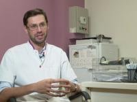 Medicul școlit în Franța care s-a întors în țară să salveze mii de români
