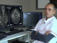 Medicul care nu a reuşit să plece din ţară din cauza birocraţiei, iar acum ajută bolnavii şi în timpul liber