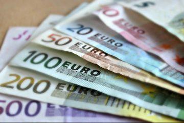 Euro a ajuns la 4,9 lei, la băncile comerciale. De ce se devalorizează moneda națională și cât mai crește cursul