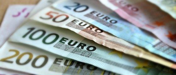 Moneda naţională s-a apreciat uşor miercuri, în raport cu euro, dar a pierdut teren în fața dolarului