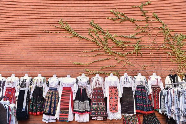 Costume populare expuse la Târgul de Sfântul Nicolae, organizat la Muzeul Tăranului Român. Foto: RADU TUTA/AGERPRES FOTO