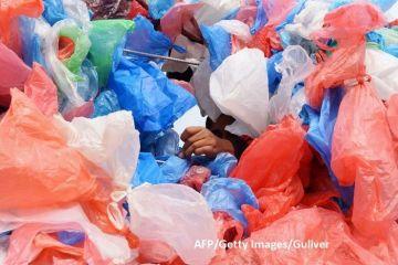 Cinci grame de plastic ajung săptămânal în organismul fiecărui locuitor al Planetei. Cantitatea  depozitată  în oceane a ajuns la circa 150 mil. tone