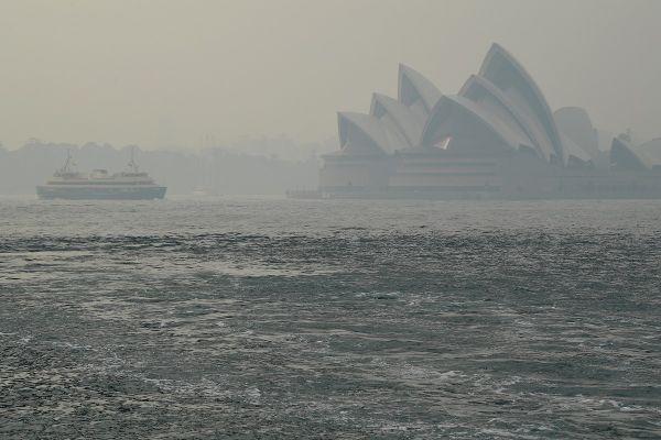 Opera din Sydney, acoperită de fum. Cel mai populat oraş din Australia rămâne acoperit de un nor toxic de fum degajat de incendiile de vegetaţie care continuă să ardă. Foto: EPA/Agerpres