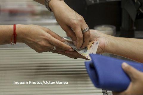 Câți bani câștigă lunar o familie din România și pe ce îi cheltuiește. Venitul individual, sub 400 de euro