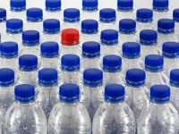După interzicerea obiectelor din plastic de unică folosință, CE analizează și interzicerea ambalajelor din plastic