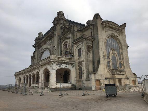 A început reabilitarea Cazinoului din Constanța. Primarul amplasează o roată pe faleză, pentru ca cetățenii să poată vedea lucrările