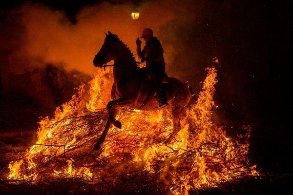 Un călăreț trece prin foc la festivalul religios Luminarias, din San Bartolome de Pinares, Spania, festival dedicat Sfântului Anton, protectorul animalelor. Foto: PIERRE-PHILIPPE MARCOU/AFP/Getty Images/Guliver