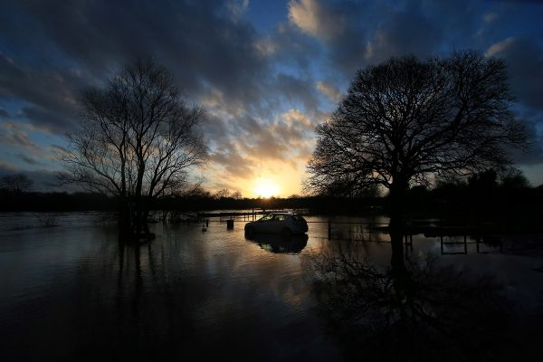 O mașină abandonată în mujlocul apelor, în timpul furtunii Dennis, în Nottinghamshire, centul Angliei. Furtuna a devastat Marea Britanie, cu vânturi puternice și inundații. Foto: LINDSEY PARNABY/AFP/Getty Images/Guliver