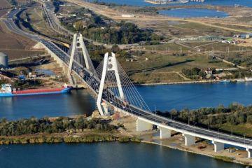 Cel mai important proiect de infrastructură derulat în prezent în România. Combinatul de la Galaţi a început livrările de oţel pentru podul suspendat de la Brăila