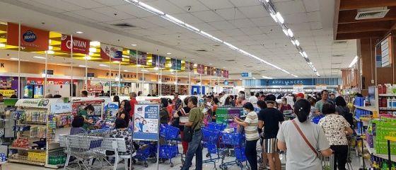 ANPC: Magazinele au stocuri suficiente de alimente și de produse dezinfectante. Ce reguli trebuie să respecte cei care merg la cumpărături