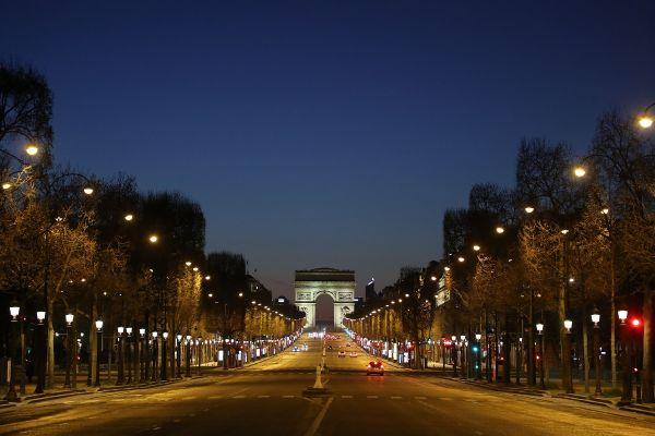 Bulevardul Champs-Elysees, una dintre cele mai aglomerate zone ale Parisului, goală, în urma restricțiior de circulație impuse în Franța din cauza COVID-19. Foto: LUDOVIC MARIN/AFP/Getty Images/Guliver