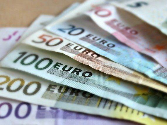Euro mai face un pas în spate. Leul s-a întărit uşor faţă de moneda unică, dar a pierdut teren în raport cu dolarul