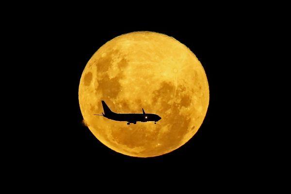 Un avion trece prin fața lunii pline, în Curitiba, Brazilia. Satelitul natural al Terrei s-a aflat la cea mai mica distanță de pământ, oferind imagini spectaculoase. Foto: HEULER ANDREY/AFP/Getty Images/Guliver
