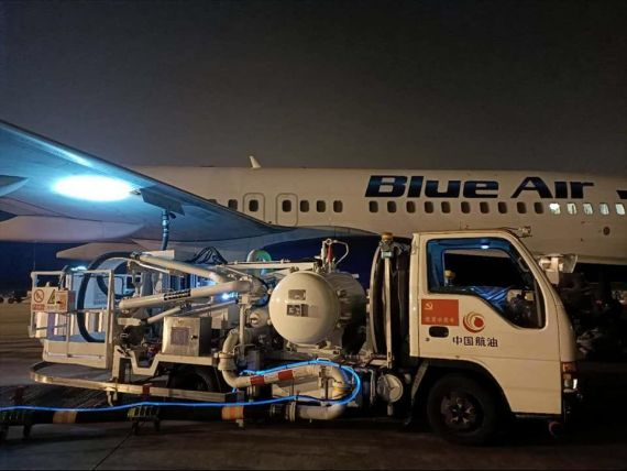 Un avion Blue Air a ajuns pentru prima dată în China. Aeronava, modificată pentru transport de marfă, aduce materiale medicale pentru Unifarm