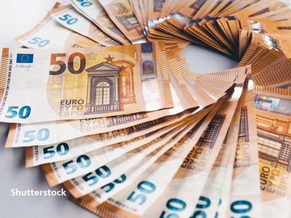 Leul s-a depreciat uşor vineri în raport cu euro, dar a crescut faţă de dolar