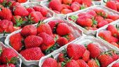Căpșunile și cireșele românești au apărut pe tarabe. Cât costă trufandalele de primăvară