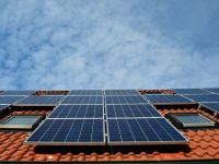 """IMM-urile din domeniul HoReCa pot obține până la 100.000 de euro pentru instalarea de panouri fotovoltaice şi de staţii de încărcare. Cum funcționează programul """"Electric Up"""""""