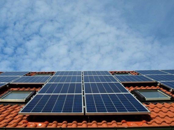 IMM-urile din domeniul HoReCa pot obține până la 100.000 de euro pentru instalarea de panouri fotovoltaice şi de staţii de încărcare. Cum funcționează programul  Electric Up