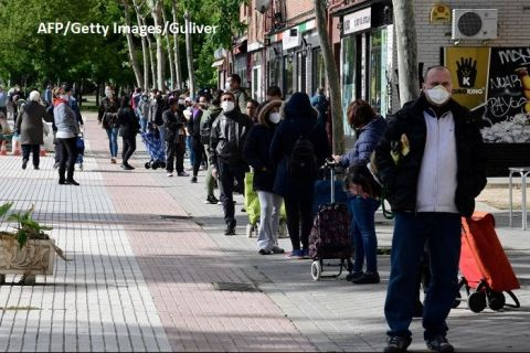 Noii vulnerabili ai crizei pandemice. Tot mai mulți muncitori şi liber profesionişti din Europa devin clienții băncilor de alimente.  Oamenii spun că le e ruşine