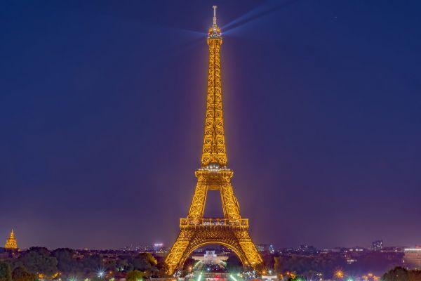 Turnul Eiffel, simbolul Parisului, se redeschide după patru luni. Monumentul de 324 de metri înălțime este unul dintre cele mai vizitate din lume, cu peste 7 milioane de vizitatori pe an. Foto: Flavio Bernardi/Pixabay.com