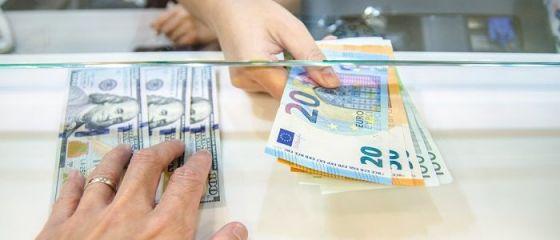 Leul s-a apreciat ușor în raport cu euro şi dolarul