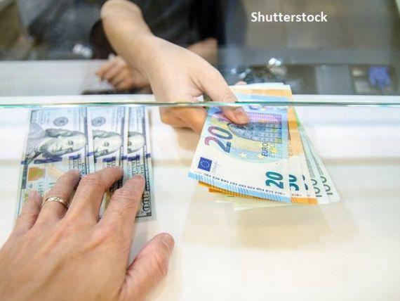 Leul s-a depreciat luni în fața monedei europene și a dolarului american