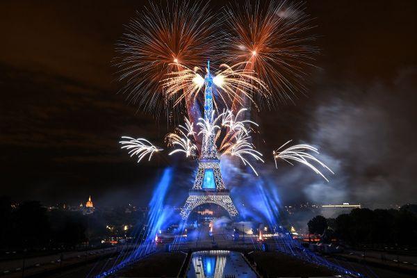 Focuri de artificii, marți seara, deasupra Trunului Eiffel din Paris, cu ocazia Zilei Naționale a Franței. Foto: ANNE-CHRISTINE POUJOULAT/AFP/Getty Images/Guliver