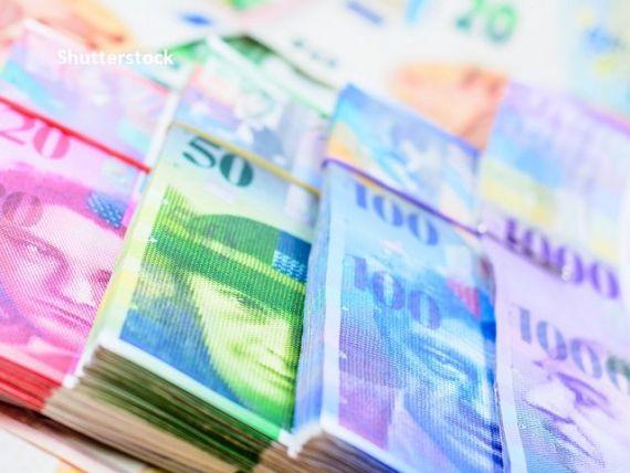 Banca Elveției a cheltuit o sumă record pentru a deprecia moneda națională. De ce se întărește francul elvețian