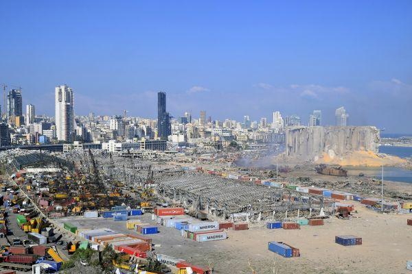 Portul din Beirut, devastat marți seara de explozia a 2.750 tone de nitrat de amoniu. Cel puțin 100 de oameni și-au pierdut viața și 4.000 au fost răniți. Foto: EPA/WAEL HAMZEH/AGERPRES