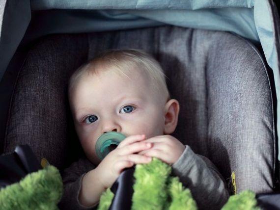 (P) Scaunul auto protejează copilul