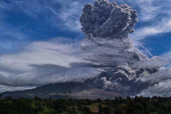 Vulcanul indonezian Sinabung a intrat din nou în erupţie, cu o serie de explozii în urma cărora cenuşa expulzată din crater a ajuns până la doi kilometri altitudine. Foto: ANTO SEMBIRING/AFP/Getty Images/Guliver