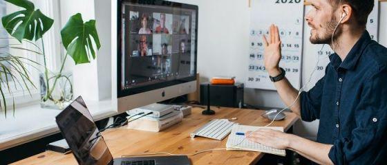 Două treimi din forţa de muncă existentă la nivel global lucrează de acasă, însă unul din trei angajaţi folosește propriul calculator pentru a-şi desfăşura activitatea