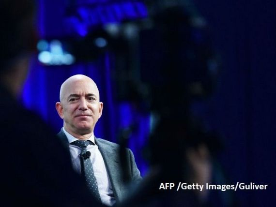 Protest cu o ghilotină în fața casei lui Jeff Bezos, după ce averea celui mai bogat om al planetei a depășit 200 mld. dolari. Manifestanţii cer dublarea salariilor la Amazon