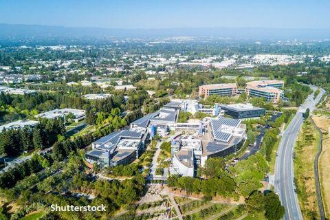 Google își construieşte propriul oraş lângă sediul din Silicon Valley, cu 1.850 de locuinţe, parcuri, restaurante și școli. Compania a permis angajaţilor să lucreze de acasă până în 2021