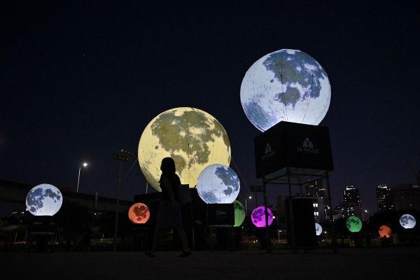 Un balon cu un diametru de 12 metri și altele mai mici reprezentând satelitul natural al Terrei au fost instalate la Festivalul Lunii, în Coreea de Sud. Foto: JUNG YEON-JE/AFP/Getty Images/Guliver