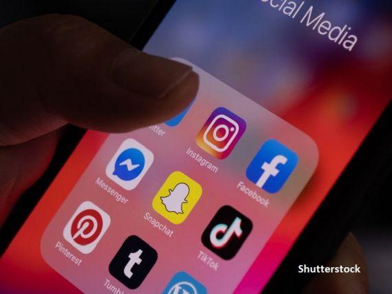 Ce fac românii pe internet. Peste 80% stau pe rețelele sociale, trei sferturi schimbă mailuri și mai puțin de jumătate fac cumpărături online