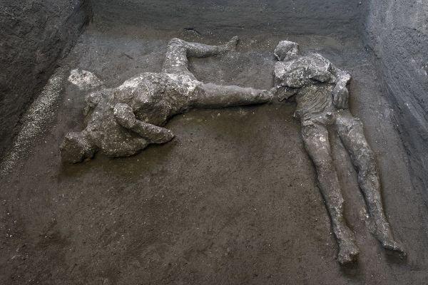 Arheologii au descoperit rămăşiţele pământeşti foarte bine conservate a doi bărbaţi, stăpân și sclav, morţi ca urmare a erupţiei vulcanice care a distrus oraşul antic Pompeii în anul 79 e.n. Foto: Agerpres/EPA/Luigi Spina