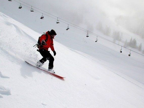 Rezervările pentru sezonul de iarnă din Bulgaria au scăzut cu 40%. Țările europene își sfătuiesc cetățenii să nu plece în străinătate de sărbători