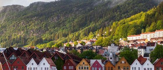 Norvegia, cel mai mare producător de hidrocarburi din Europa Occidentală, triplează taxa de carbon și vrea să achiziționeze numai mașini electrice