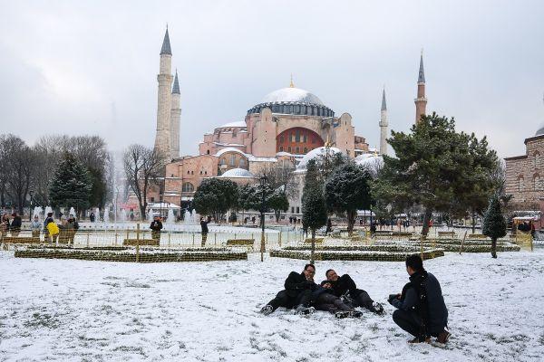 Câțiva tineri se bucură de zăpadă, în fața Hagiei Sophia din Istanbul. Ninsori abundente au acoperit orașul în ultimele zile, fenomen rar întâlnit în această regiune. Foto: SEDAT SUNA/EPA/AGERPRES
